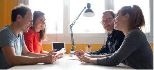 4 Personnes En Réunion Studios Numériques