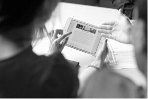femme avec homme, femme montrant du doigt une tablette
