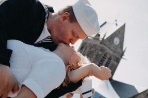 homme embrassant une photo avec église en arrière-plan french kiss lors du D-Day / crédit studios numériques