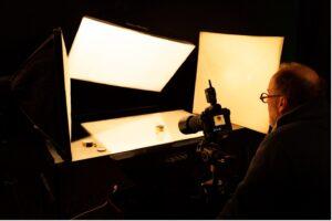 homme avec appareil photos – flacon, lumières pour shooting photo