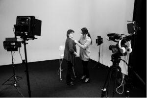 tournage sur plateau avec interviewé / crédit photo studios numériques